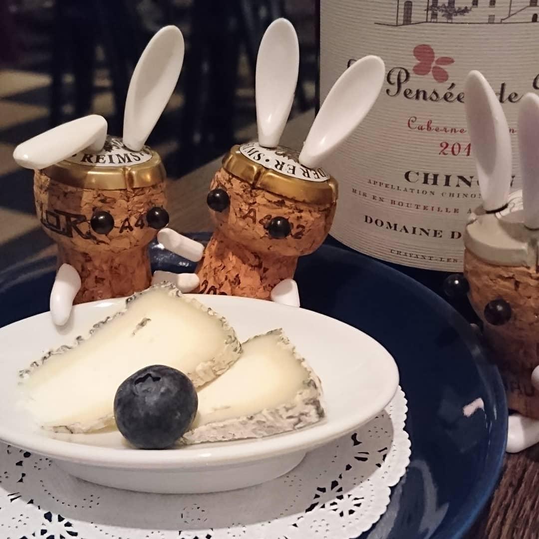 山羊のチーズと赤ワイン🐐🍷 セル=シュール=シェルと言う仏ロワール地方の山羊チーズと、カベルネ・フランから作られる赤ワイン🧀🧀🍷 山羊のチーズは今からが旬です💮  #ワイン女子#シノン  #山羊チーズ #赤ワイン #駅チカ #神戸観光 #三ノ宮バー #チーズ好き #ランス神戸#うさぎのいる生活