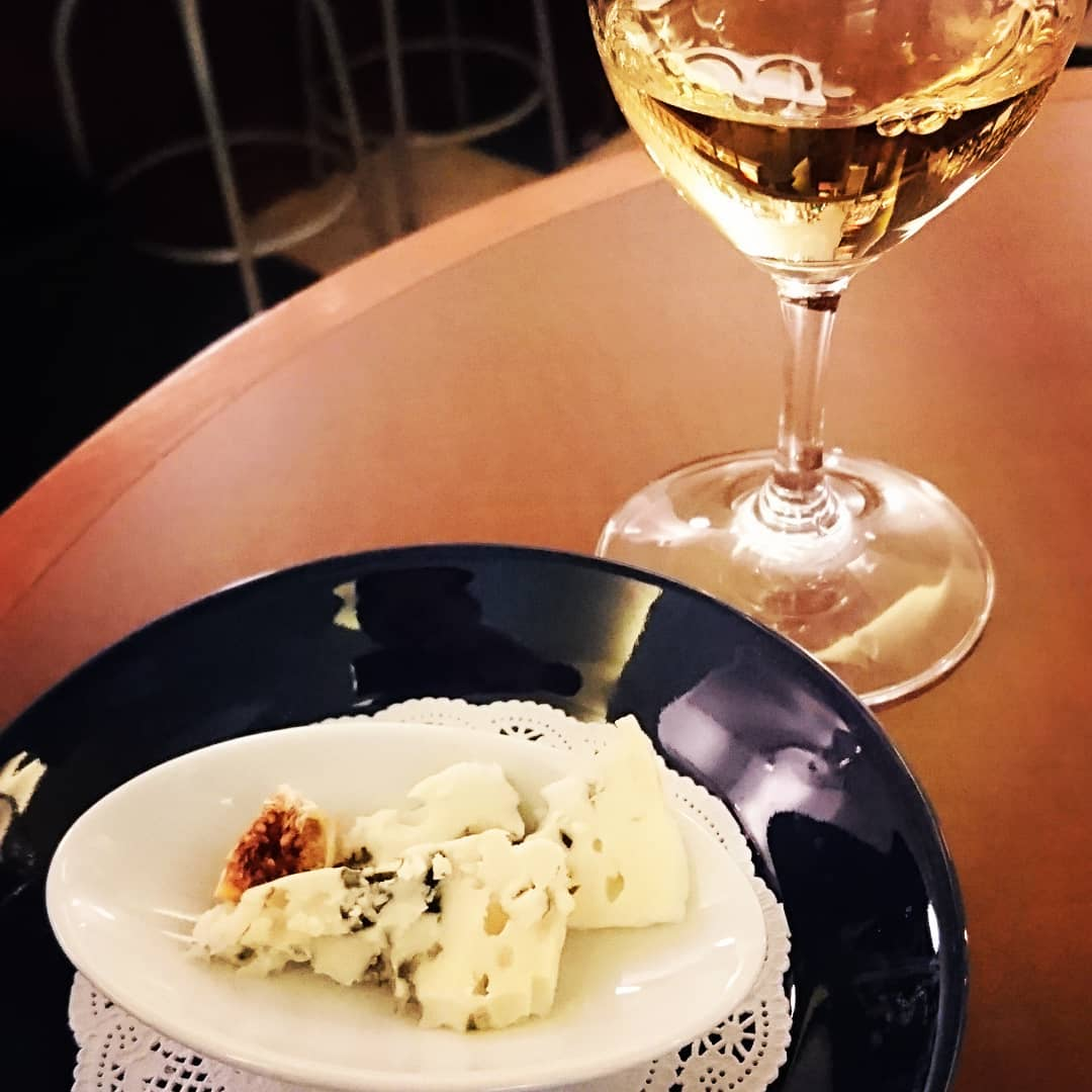 青カビのロックフォールと、甘口の貴腐ワイン🧀🍷 1000円王道の組み合わせ。  #チーズ #貴腐ワイン #ひとり飲み #ランス #ノンチャージ #一杯だけ
