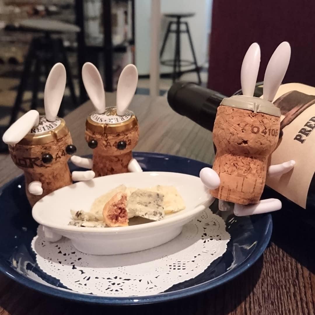 スペインの青カビチーズと、赤ワイン燎 恐らく世界最強の青カビ  濃いめの赤ワインとイチヂクで #青カビチーズ #テンプラリーニョ #スペインワイン #スペインチーズ #三宮1人飲み #駅前 #ナチュラルチーズ専門店 #ワインバー #うさぎのいる生活 #イヤイヤうさぎ